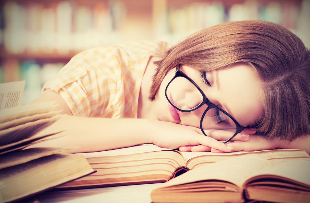 ランチ後に眠くなるのはなぜ?眠気の正体とは?