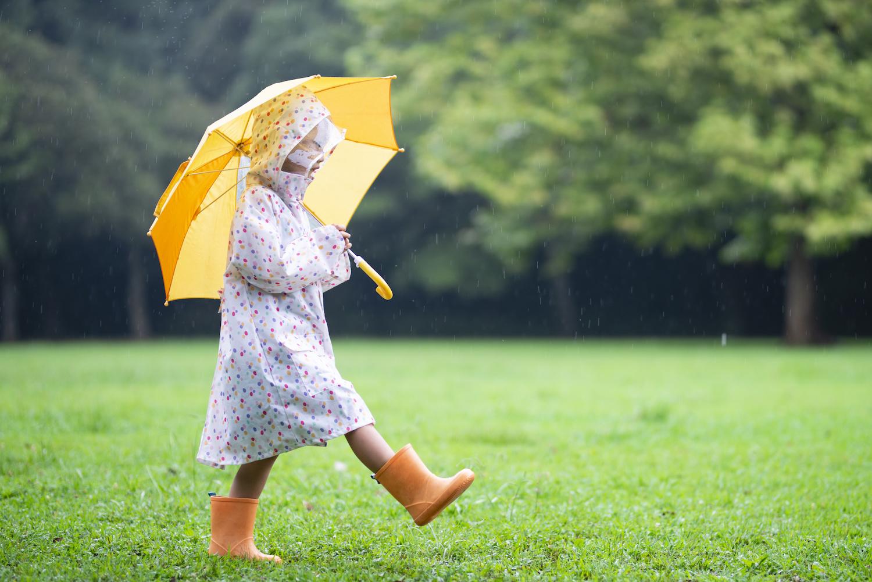 雨の日の服選びのポイント&TPOタイプ別!雨の日コーデ