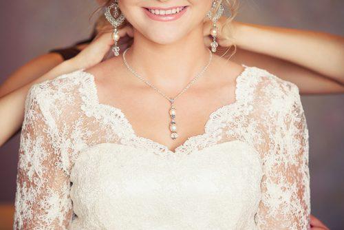 女の顔は「デコルテ&首」の美しさで決まる!?女優も美容家も実践する【裏技美容テク】